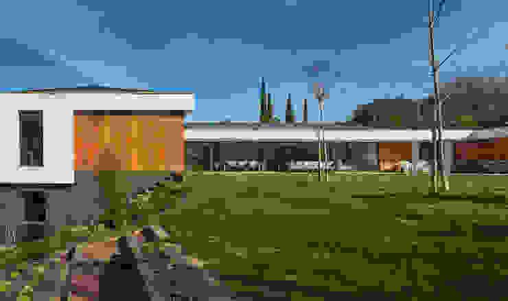 Fachada Casas estilo moderno: ideas, arquitectura e imágenes de DECONS GKAO S.L. Moderno Compuestos de madera y plástico