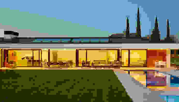 Fachada al jardin al atardecer Casas estilo moderno: ideas, arquitectura e imágenes de DECONS GKAO S.L. Moderno Pizarra