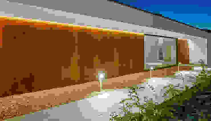 Entrada principal Casas estilo moderno: ideas, arquitectura e imágenes de DECONS GKAO S.L. Moderno Madera Acabado en madera
