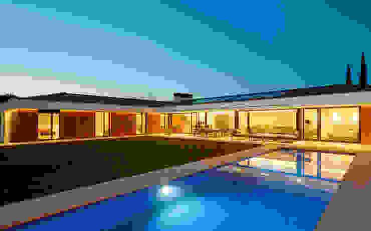 Jardin desde la piscina Casas estilo moderno: ideas, arquitectura e imágenes de DECONS GKAO S.L. Moderno Cerámico