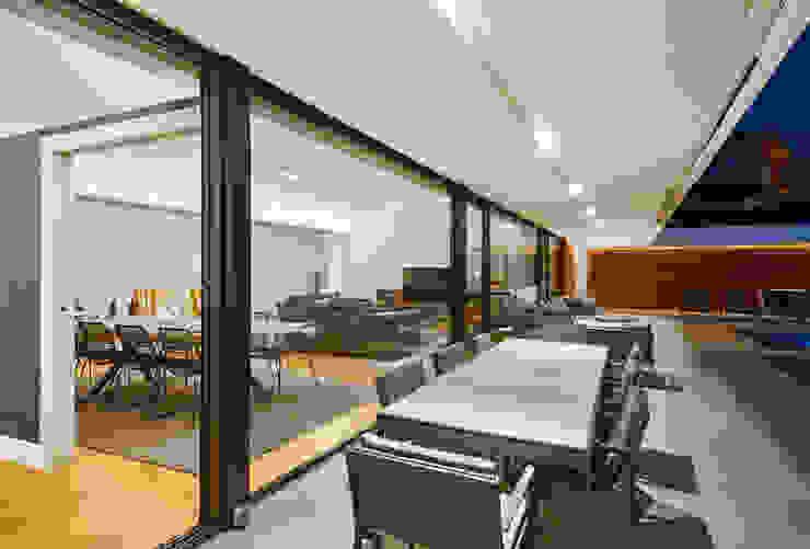 Terraza integrada con el salon Casas estilo moderno: ideas, arquitectura e imágenes de DECONS GKAO S.L. Moderno Hierro/Acero