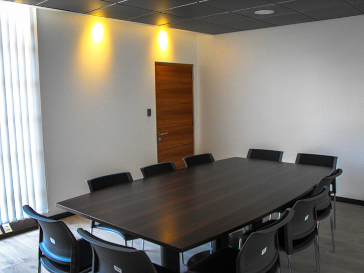 Habilitación Oficina Placa Brasil. Serviu Valparaíso. Chile Oficinas y bibliotecas de estilo moderno de CM Arquitecto Moderno