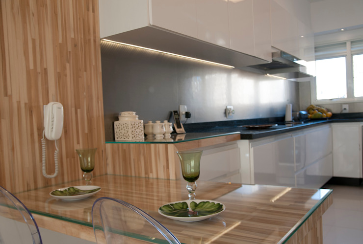 Eclectic style kitchen by kaleidoscope arquitetura de experiencia Eclectic