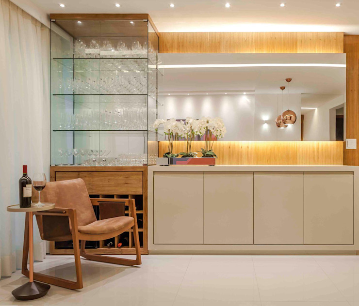 Bodegas de vino de estilo moderno de Carol Landim | Arquitetura + Interiores Moderno Madera maciza Multicolor
