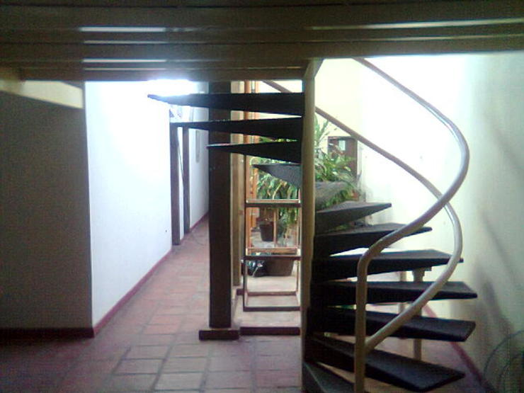 ESTUDIO DE ARQUITECTURA C.A Pasillos, vestíbulos y escaleras coloniales