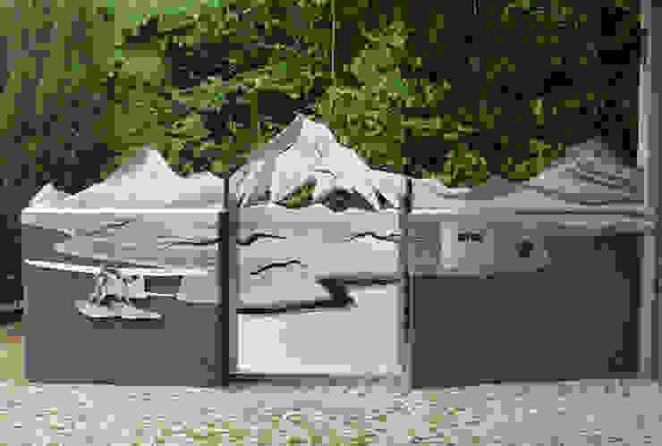 """Tor Design aus Edelstahl, """"Yukon"""" Moderner Garten von Edelstahl Atelier Crouse: Modern Metall"""
