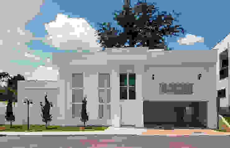 Casas de estilo clásico de Dani Santos Arquitetura Clásico Cerámico