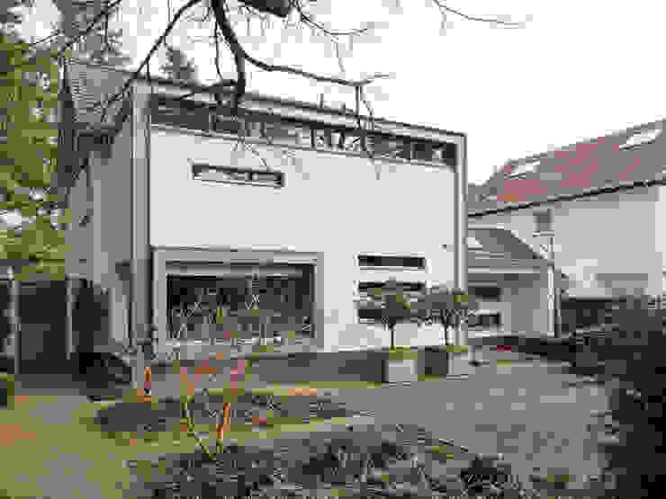 Moderne aanbouw in twee lagen Minimalistische huizen van Erik Knippers Architect Minimalistisch