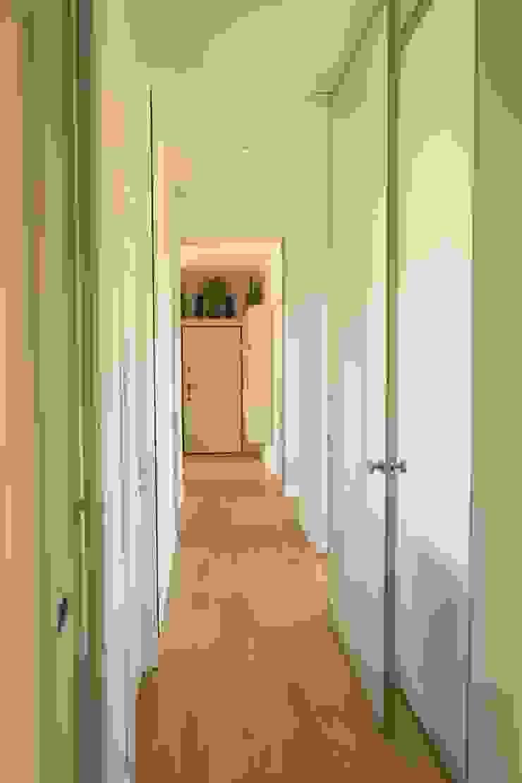 Corridoio enzoferrara architetti Ingresso, Corridoio & Scale in stile moderno