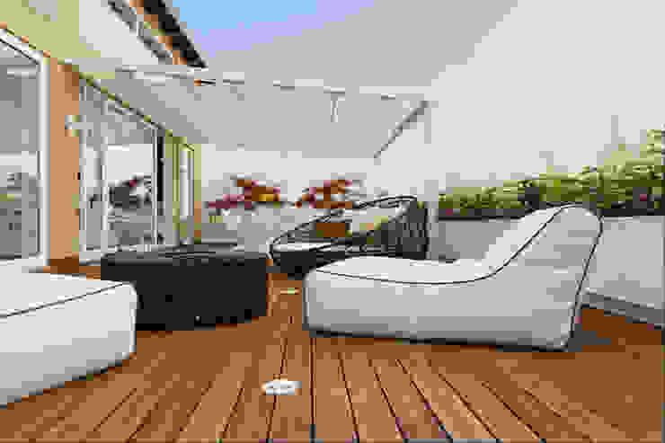 Un attico in stile loft in Milano Balcone, Veranda & Terrazza in stile moderno di Annalisa Carli Moderno Legno composito Trasparente
