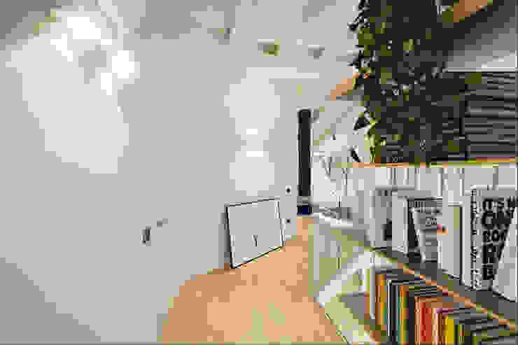 現代風玄關、走廊與階梯 根據 Annalisa Carli 現代風 實木 Multicolored