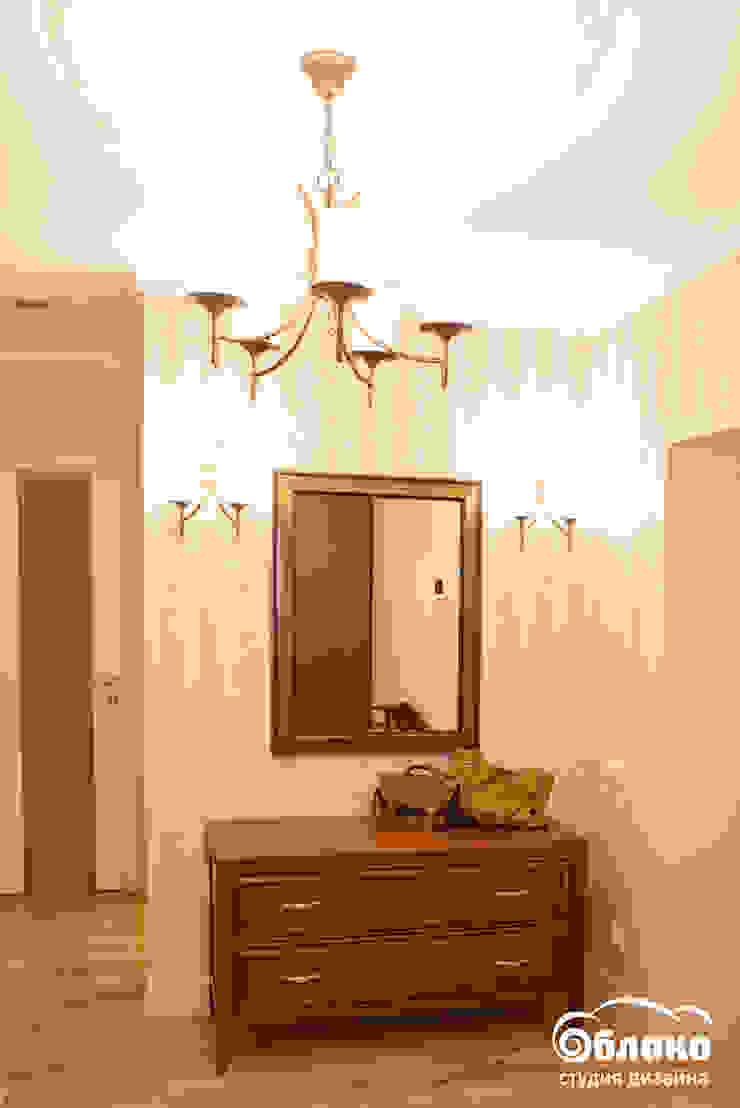 Couloir, entrée, escaliers classiques par Студия 'Облако-Дизайн' Classique