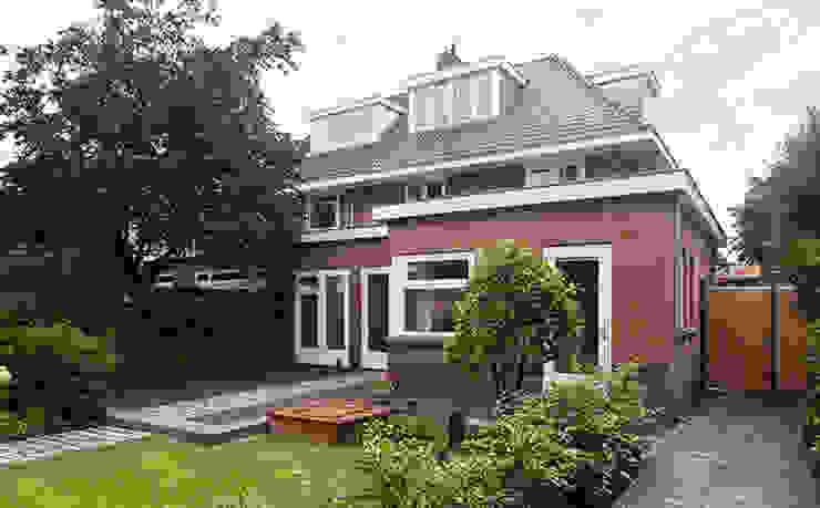 JAREN 30-HUIS | GESTRIPT:  Woonkamer door WEBERontwerpt | architectenbureau, Modern
