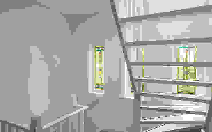 JAREN 30-HUIS | GESTRIPT Moderne gangen, hallen & trappenhuizen van WEBERontwerpt | architectenbureau Modern