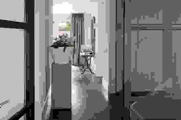 Entree . Moderne gangen, hallen & trappenhuizen van Doreth Eijkens | Interieur Architectuur Modern