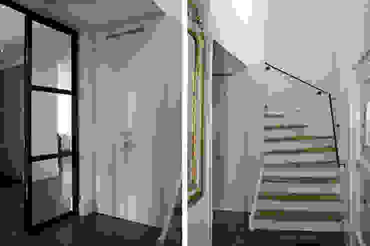 Entree / Hal / Trap Moderne gangen, hallen & trappenhuizen van Doreth Eijkens | Interieur Architectuur Modern