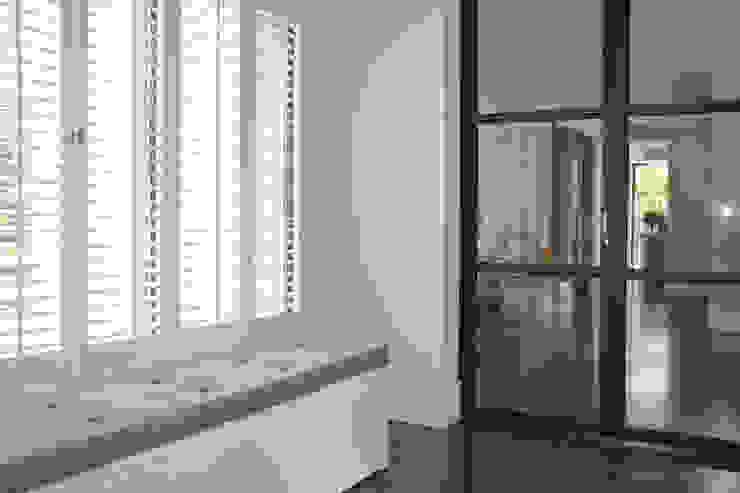 Tussenruimte met bankje. Moderne gangen, hallen & trappenhuizen van Doreth Eijkens | Interieur Architectuur Modern