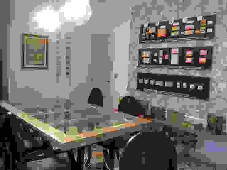 Showroom de productos antiguos Estudios y despachos de estilo colonial de A interiorismo by Maria Andes Colonial Madera maciza Multicolor