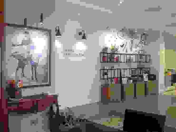 Diseño de exposición de producto Pasillos, vestíbulos y escaleras de estilo moderno de A interiorismo by Maria Andes Moderno Hierro/Acero