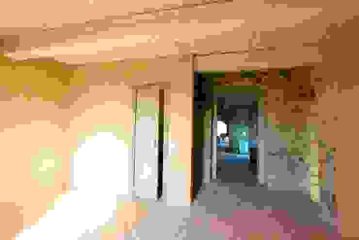 Pasillos, vestíbulos y escaleras rurales de marco carlini architetto Rural