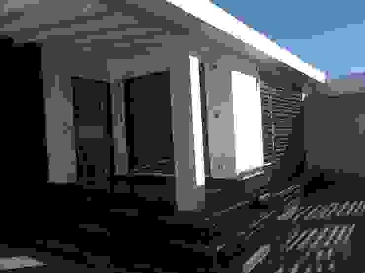 FACHADA PRINCIPAL Y ACCESO Casas modernas de Arq. Alberto Quero Moderno Concreto