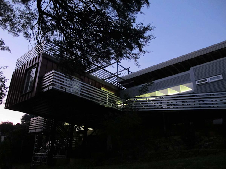 Lighweight house at night Modern houses by A4AC Architects Modern Aluminium/Zinc