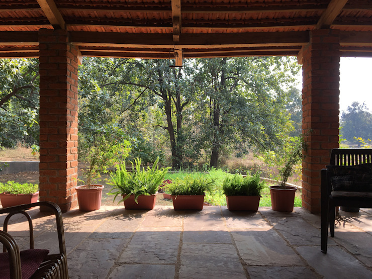 Homestay in Kanha National park, Madhya Pradesh Modern corridor, hallway & stairs by M+P Architects Collaborative Modern