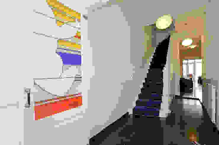 Traphuis met separatie, glas in lood Jan Snoeck Klassieke gangen, hallen & trappenhuizen van Tektor interieur & architectuur Klassiek