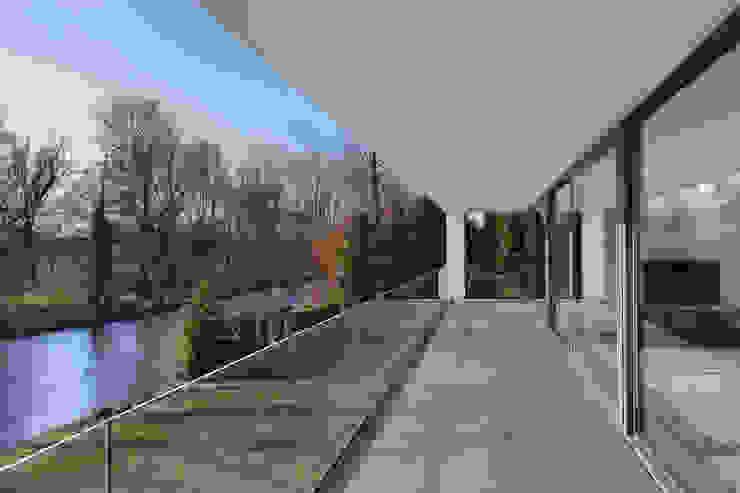 Modern Terrace by VAN ROOIJEN ARCHITECTEN Modern Glass