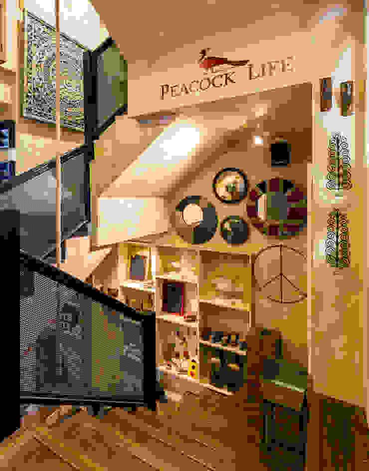 Pasillos, halls y escaleras rústicos de Turiya Lifestyle LLP Rústico Madera Acabado en madera