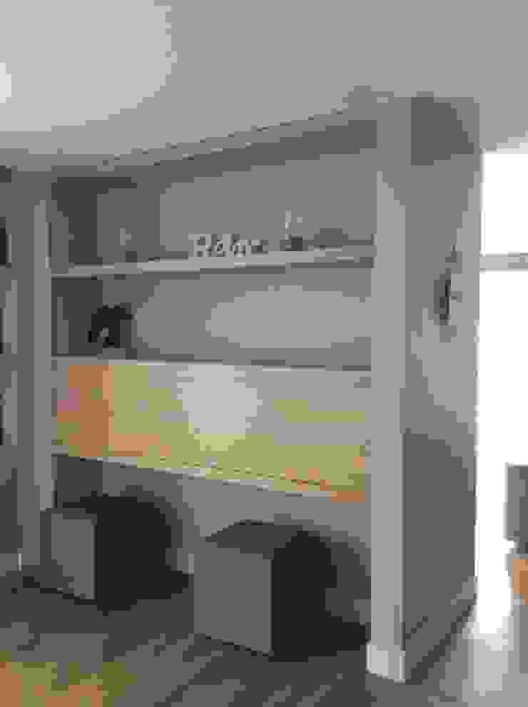 Afsluitbare werkplek in het oude woongedeelte Moderne studeerkamer van Studio Inside Out Modern Hout Hout