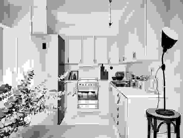 50 sfumature di bianco: Arredare total white Cucina in stile scandinavo di Design for Love Scandinavo