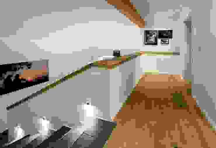 Eclectic style corridor, hallway & stairs by w. raum Architektur + Innenarchitektur Eclectic