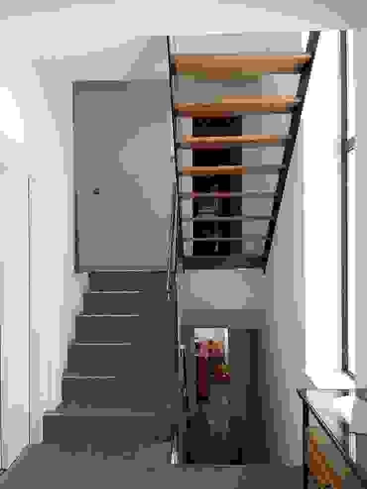 Couloir, entrée, escaliers modernes par SPArquitectos Moderne
