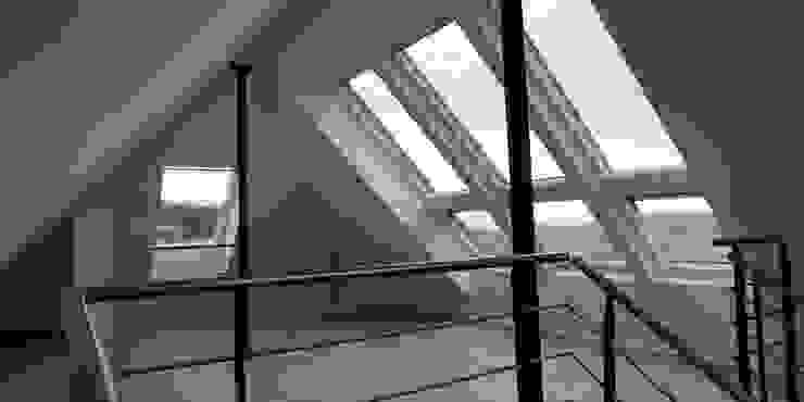 Offene Empore, Dachfenster mit Dachaustritt schott architekten Moderne Wohnzimmer