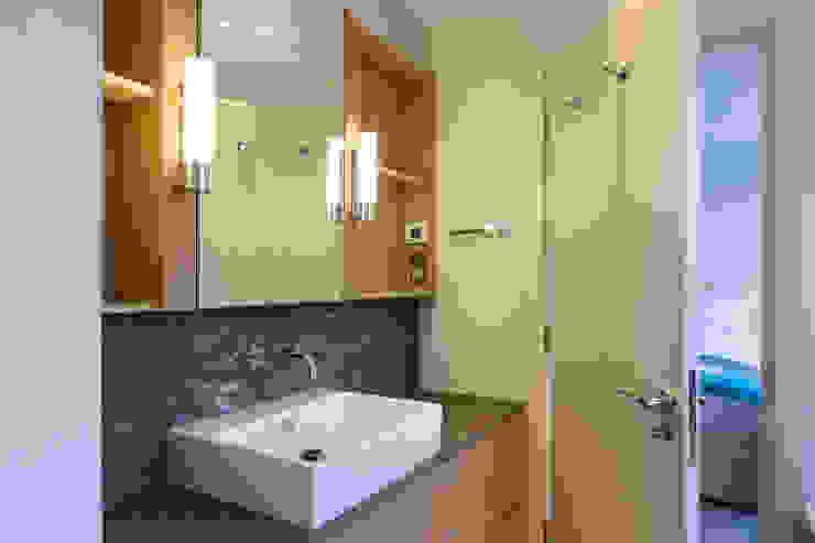 Master bathroom Modern Bathroom by Studio Mark Ruthven Modern