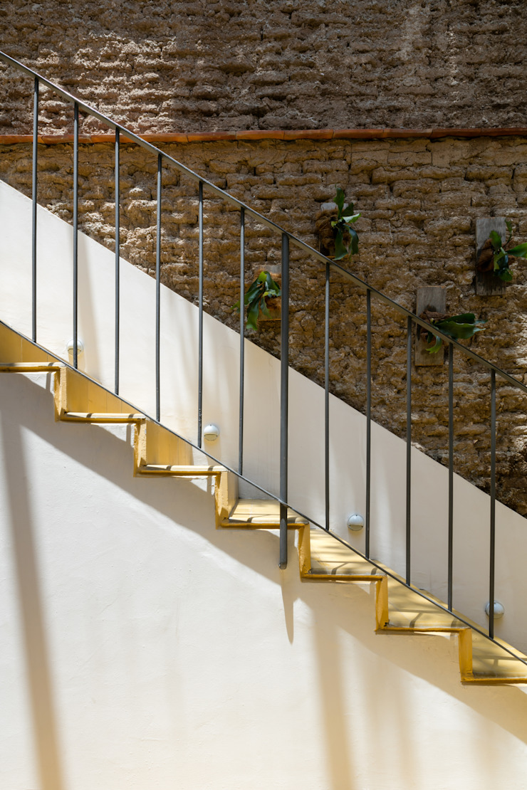 Trama Arquitectos Eclectic style corridor, hallway & stairs