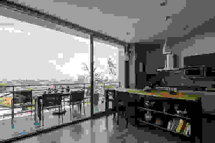 Modern style kitchen by Trama Arquitectos Modern