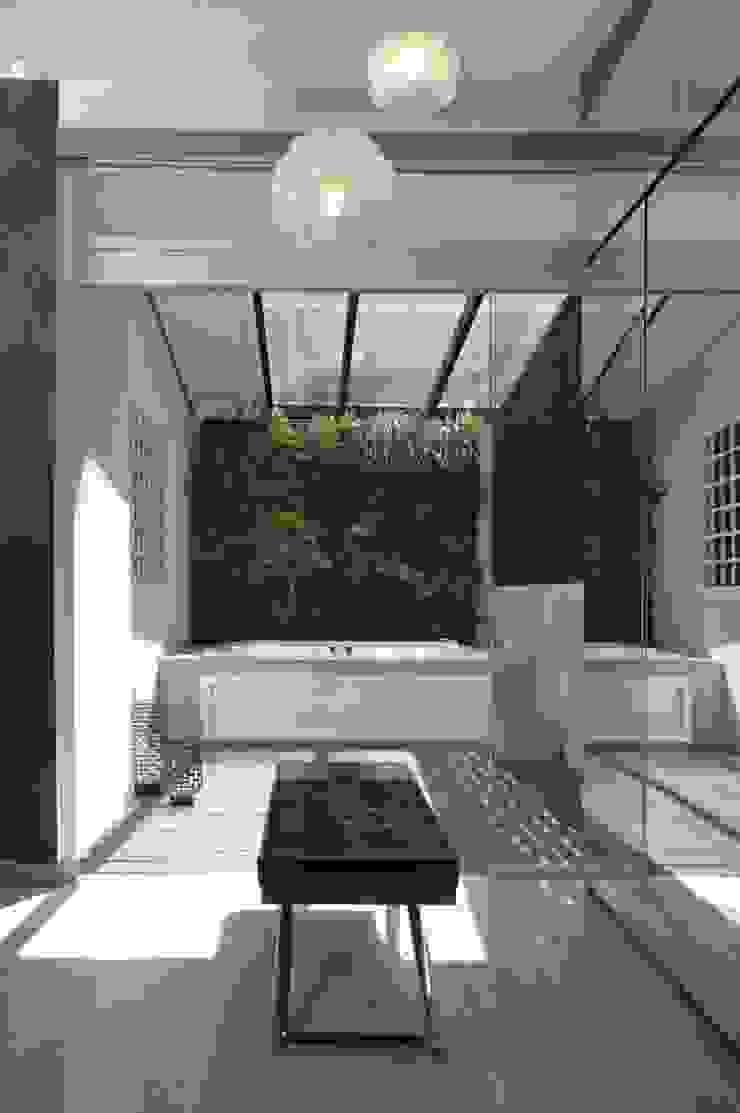 Terraza interna. JardinVertical Balcones y terrazas modernos: Ideas, imágenes y decoración de Arq Renny Molina Moderno