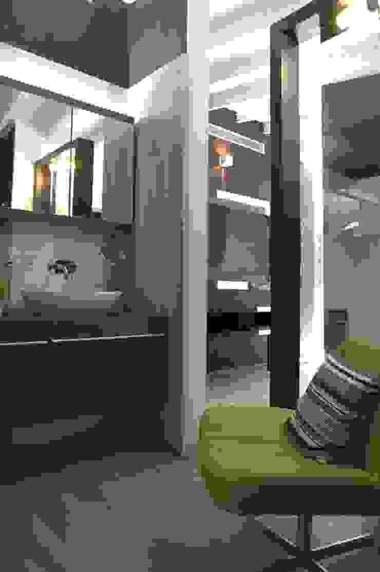 Baños modernos de Arq Renny Molina Moderno