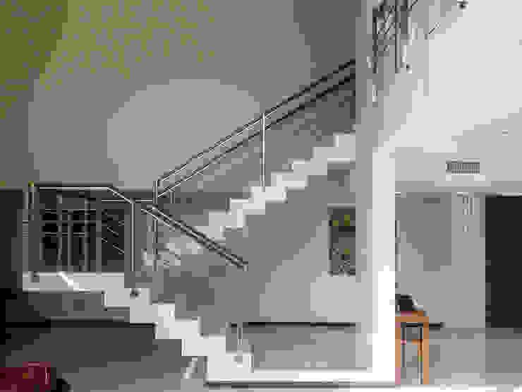 Casa en Rumencó Livings modernos: Ideas, imágenes y decoración de id:arq Moderno