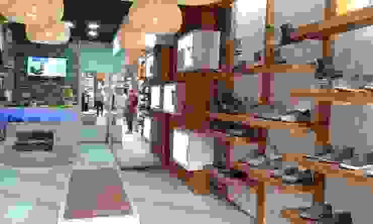 Iñuminacion y repisas de Mozo Garcia Arquitectos Ltda Rústico Madera Acabado en madera