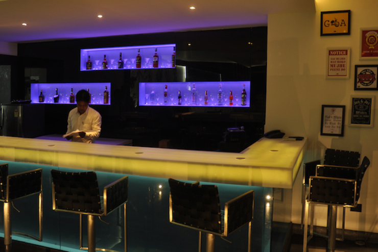 Inswing Bar, Cuttack (with Architekno) Modern bars & clubs by Schaffen Amenities Private Limited Modern