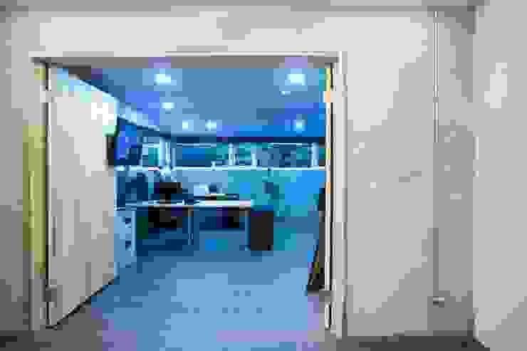 【空間色系以黑白灰三色為主,家具佐以原木色】 根據 衍相室內裝修設計有限公司 工業風