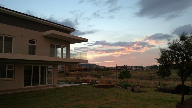 Front garden — at Eye of Africa Golf Estate.: modern  by Seven Stars Developments, Modern