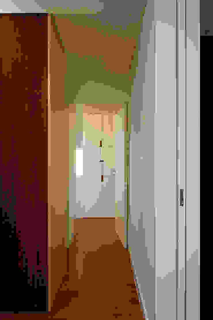 ABPROJECTOS Minimalist corridor, hallway & stairs