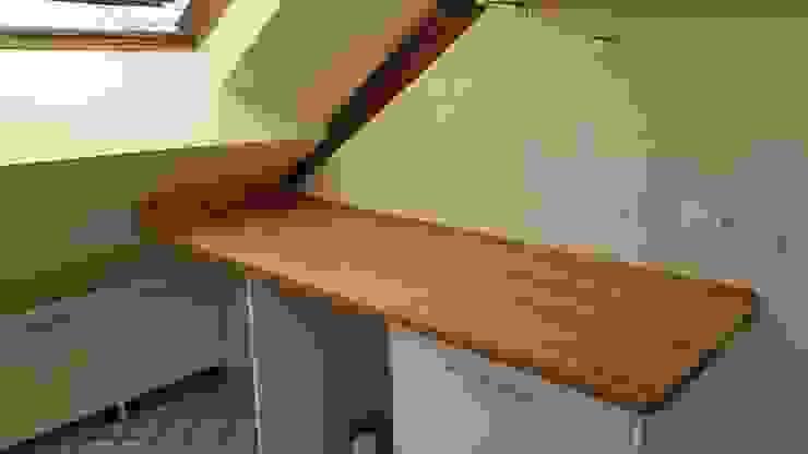 Cocina en bajocubierta Cocinas modernas: Ideas, imágenes y decoración de Estudo de Arquitectura Denís Gándara Moderno Madera Acabado en madera