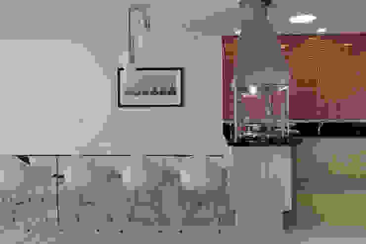 Balcones y terrazas modernos: Ideas, imágenes y decoración de DecorArquitetura - Luciana Corrêa e Elaine Delegredo Moderno Cerámico
