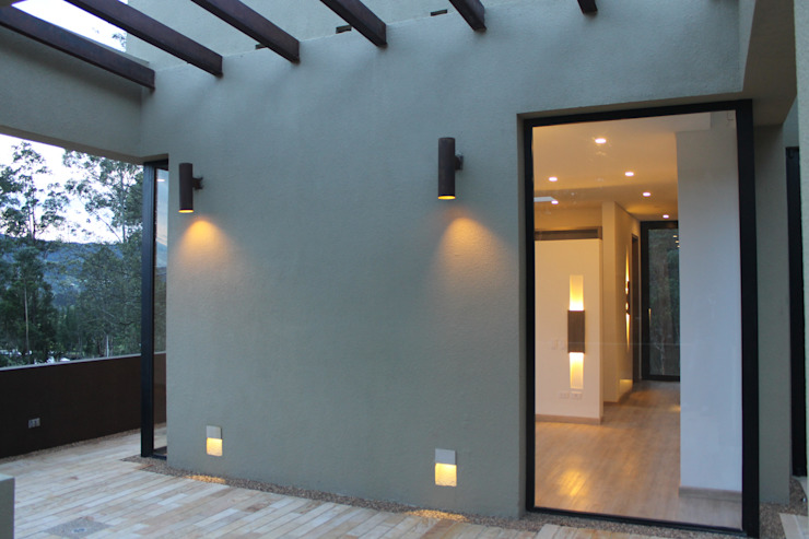 EXTERIOR Balcones y terrazas modernos: Ideas, imágenes y decoración de IngeniARQ Moderno