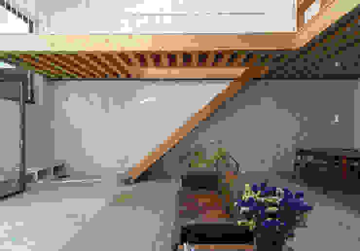 Minimalist corridor, hallway & stairs by a*l - alexandre loureiro arquitectos Minimalist